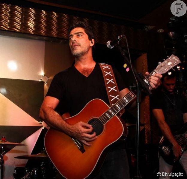 Junno Andrade, namorado da apresentadora Xuxa, canta toda quinta-feira, na casa de shows Piove, em São Paulo