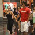 Paula Fernandes e o namorado, Henrique do Valle, passeiam em shopping do Rio de Janeiro no ano passado