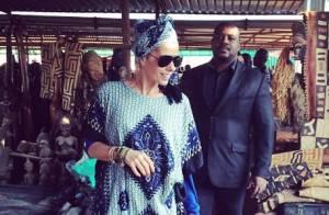 Adriane Galisteu usa turbante durante viagem para Angola: 'Amando'