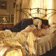 Laura (Marjorie Estiano) acorda Edgar (Thiago Fragoso) com beijos em 'Lado a Lado'