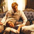Laura (Marjorie Estiano) relaxa no colo de Edgar (Thiago Fragoso) em 'Lado a Lado'
