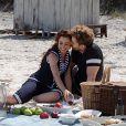 O casal 'Laured' (como dizem os fãs) se diverte em passeio romântico na praia em 'Lado a Lado'