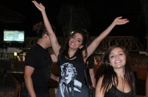 Anitta sai para jantar e se diverte com amigos em churrascaria do Rio