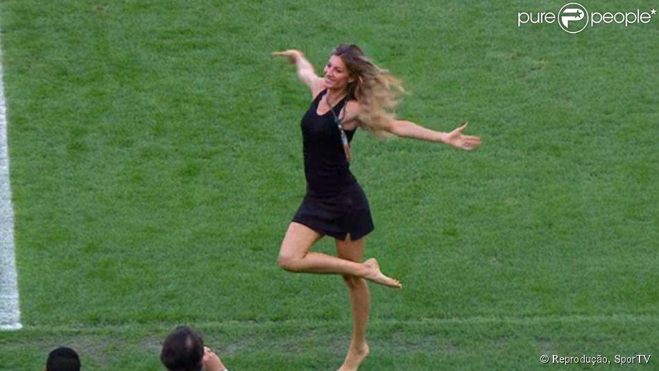 Gisele Bündchen se diverte no gramado do Maracanã antes da final da Copa do Mundo. A top esteve no estádio em 12 de julho de 2014
