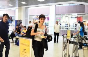 Sophie Charlotte lancha em aeroporto do Rio e posa com fãs antes de embarcar