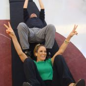 Ticiane Pinheiro faz cambalhotas com Britto Jr. no 'Programa da Tarde'. Confira!