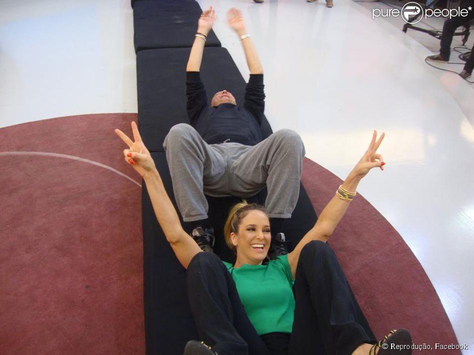 Ticiane Pinheiro e Britto Jr. fazem cambalhota nos bastidores do 'Programa da Tarde', na segunda-feira, 14 de julho de 2014