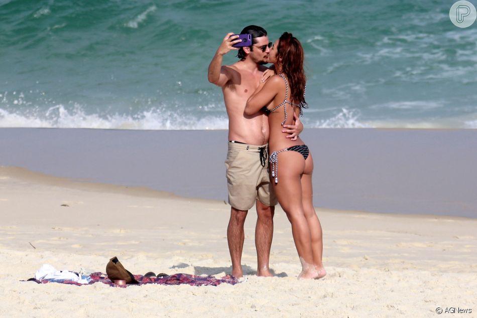 Yanna Lavigne e Bruno Gissoni aproveitaram o sol que fez no Rio de Janeiro para curtir uma praia nesta quarta-feira, 13 de junho de 2018