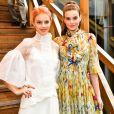 Camila Queiroz e Laura Neiva usaram vestidos leves: a noiva de Klebber Toledo preferiu um estampado e a de Chay Suede, um branco