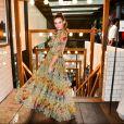 Camila Queiroz brinca com o vestido durante lançamento da revista 'Vogue Noivas'