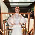 Laura Neiva escolheu um look assinado pela estilista Emanuelle Junqueira, que vai produzir seu vestido de noiva