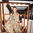 Camila Queiroz posa em evento da Vogue com vestido Dolce & Gabbana
