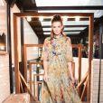 Camila Queiroz escolheu um longo Dolce & Gabbana para o evento
