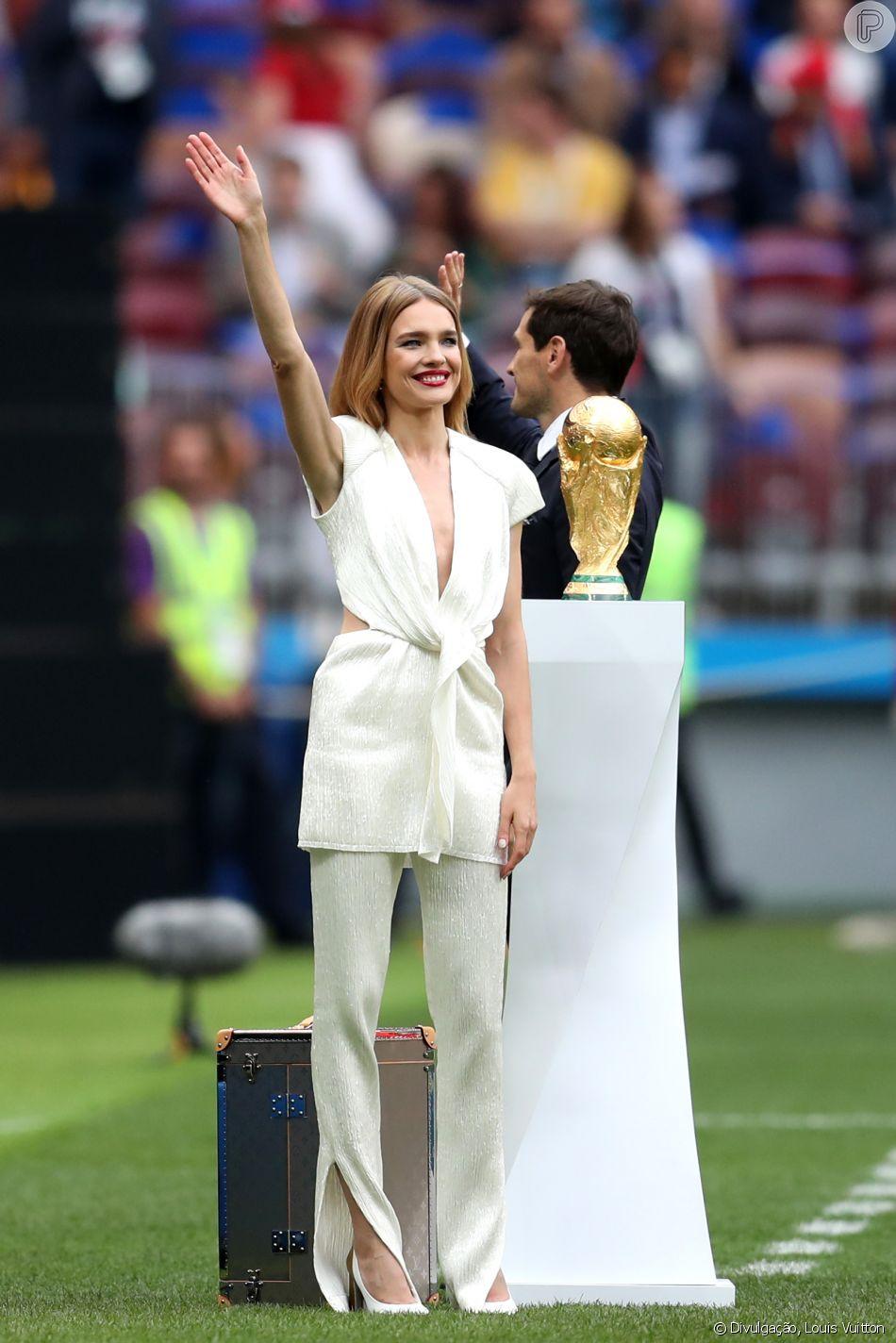 Look branco e raiz à mostra: o estilo de Natalia Vodianova na abertura da Copa da Rússia, realizada nesta quinta-feira, dia 14 de junho de 2018