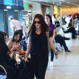 Cleo Pires pinta os cabelos de ruivo e aparece em aeroporto com visual novo