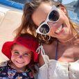 'Primeira Copa do Mundo da Maria', escreveu Deborah Secco em vídeo da filha