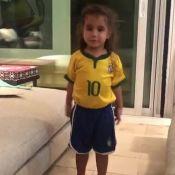 Deborah Secco filma filha com uniforme da seleção brasileira: 'Torcedora mirim'