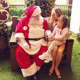 Rafaella Justos dividindo seus segredos com o Papai Noel no colo da mãe, Ticiane Pinheiro