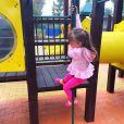 Com look rosa, Rafaella Justus se diverte no parquinho de diversões