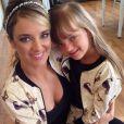 Mãe e filha exibindo os mesmos looks