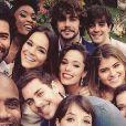 Elenco de 'Em Família' se diverte em clima de despedida durante bastidores da novela