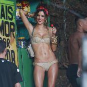 Alessandra Ambrosio posa de biquíni para ensaio no Morro do Vidigal, no Rio