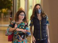 Ana Furtado, de máscara estampada por tratamento de câncer, passeia com a filha