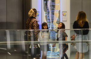 Giovanna Antonelli se diverte em shopping com as filhas gêmeas, Antonia e Sofia