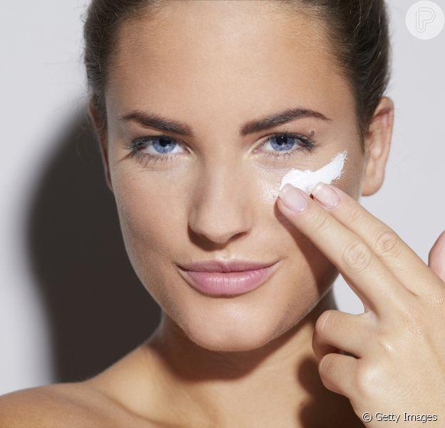 O dermatologista Thales Bretas indica 5 cuidados imperdíveis para a pele durante o inverno. Usar cremes hidratantes é um deles!
