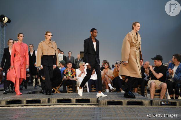 Street wear, nova alfaiataria e looks genderless são propostas vistas na Semana de Moda de Paris. Os looks são da Alexander McQueen por Sarah Burton