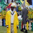 Street wear com toque clássico na proposta de Thom Browne: capa de chuva combinada a suéter e pantacourt
