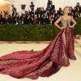 Blake Lively aposta em looks luxosos e extravagantes
