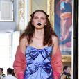 Maquiagem também apenas nos lábios, em azul, na passarela da Gucci