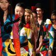 Desfile da Moschino na Milan Fashion Week mostrando que as cores são tendência