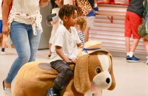 Tais Araújo brinca com os filhos João Vicente e Maria Antônia em shopping do RJ