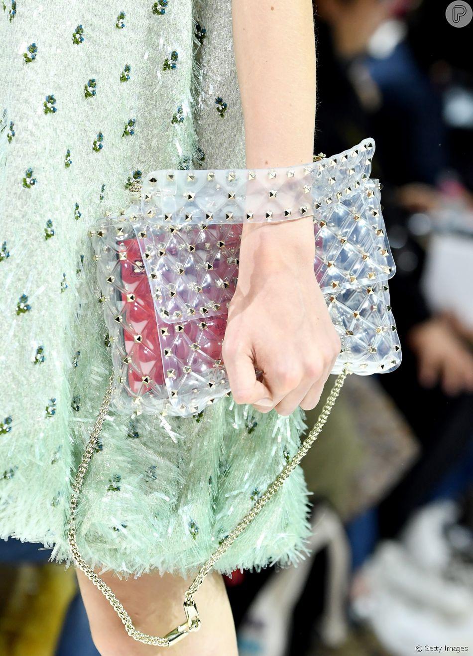 cd1ddfe3f8 Trend  plástico transparente. A bolsa Valentino foi usada por Marina Ruy  Barbosa em Paris