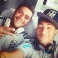 Hulk posa para foto ao lado do amigo Neymar
