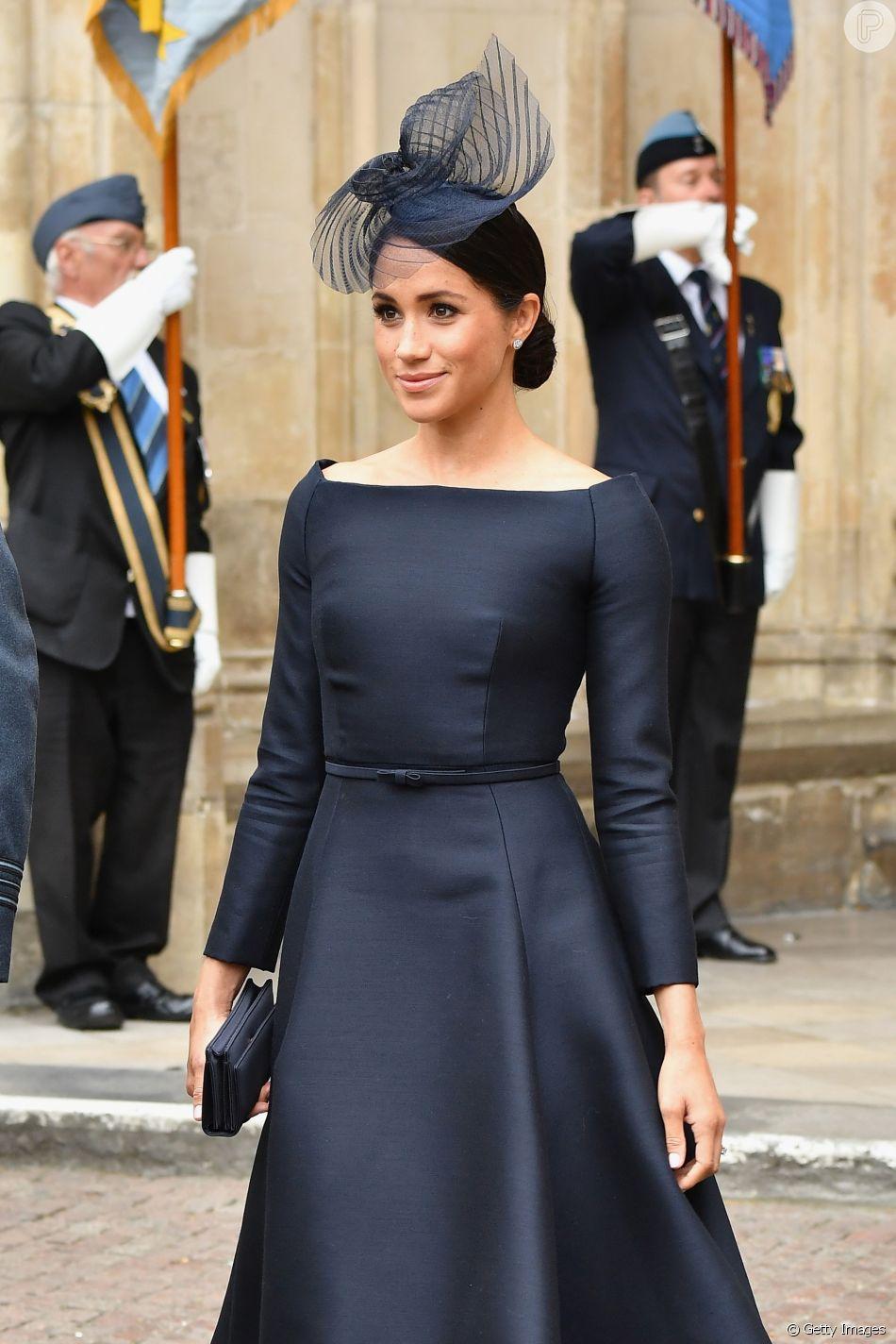 59ad69d228 O vestido ecolhido pela Duquesa de Sussex é Dior e tem decote canoa como o  modelo de seu csasamento