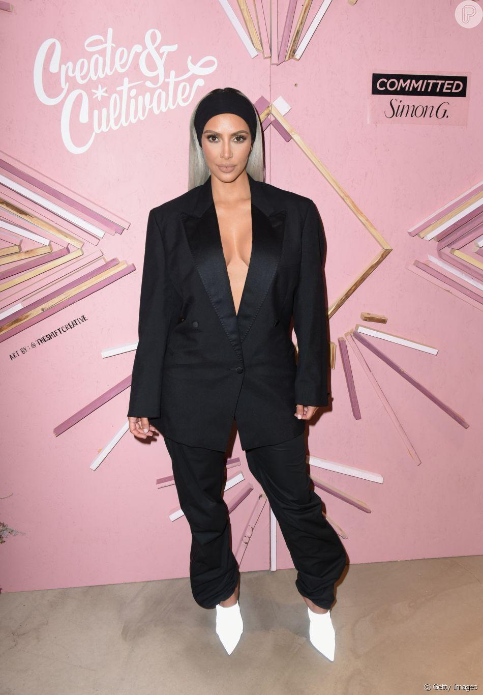 É possível ser sexy no inverno? Kim Kardashian mostra que sim com um terno que cobre e revela ao mesmo tempo