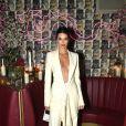 O terninho de Kendall Jenner tem um decote arrasador