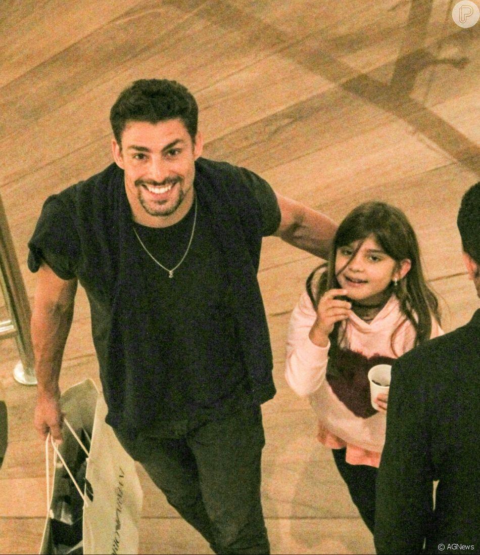 Cauã Reymond leva a filha, Sofia, para curtir passeio no shopping Village Mall, na zona oeste do Rio de Janeiro, na noite desta quarta-feira, 11 de julho de 2018
