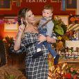Andressa Suita usou vestido midi de  xadrez feito especialmente para a festa de 1 ano do filho primogênito, Gabriel, da marca Cloude Jeans
