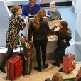 Grazi Massafera foi clicada com Sofia, de 6 anos, em aeroporto do Rio de Janeiro