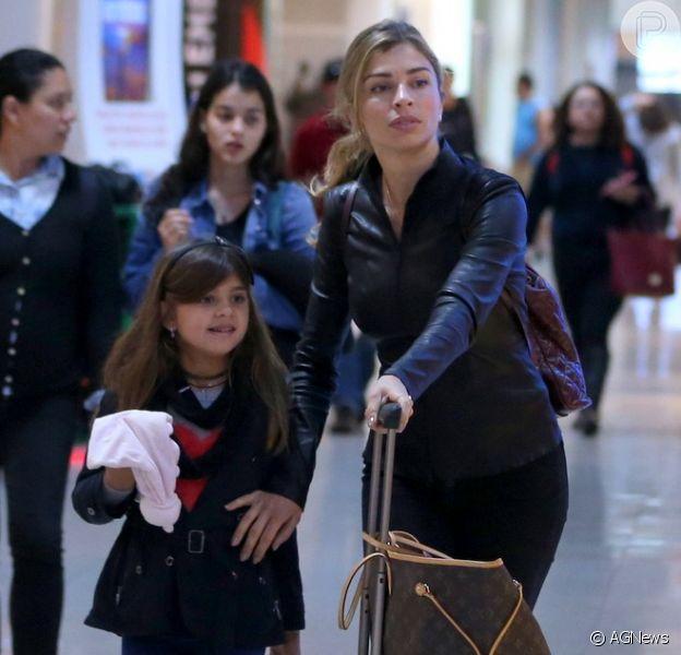 Grazi Massafera viajou com a filha, Sofia, de 6 anos, nesta quinta-feira, 12 de julho de 2018