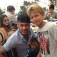 Neymar e Bruna Marquezine posam para foto com um fã-mirim durante o almoço no badalado restaurante Es Molí de Sal