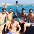 Exibe a cinta lombar durante passeio de barco no Mar Mediterrâneo com os amigos: 'Meu irmãos', escreveu na legenda da foto postada em seu Instagram