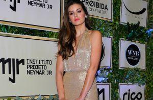 Camila Queiroz investe em look nude com decote para leilão de Neymar. Fotos!