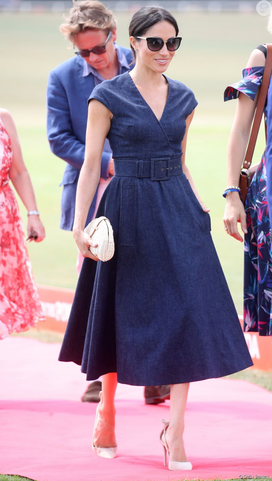 498972da4 Meghan Markle apostou em vestido jeans Carolina Herrera para assistir jogo  beneficente de polo nesta quinta