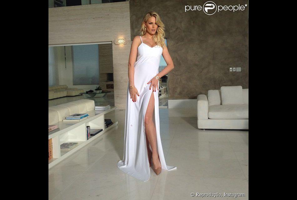 bc6e8023c Ana Hickmann usa vestido decotado e mostra boa forma quatro meses ...
