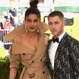 Priyanka Chopra e Nick Jonas foram juntos ao baile de gala do MET em 2017. Na ocasião, a indiana negou romance com o músico